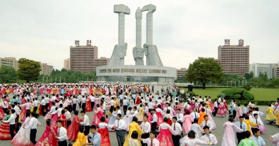 9.set.2013 - Em foto cedida pela agência oficial do governo norte-coreano, artistas dançam durante uma apresentação da equipe do Comitê Central do Kim Il Sung Liga da Juventude Socialista na praça do Monumento ao fundador do partido, nesta segunda-feira (9), em comemoração aos 65 anos de fundação da Cpreia do Norte