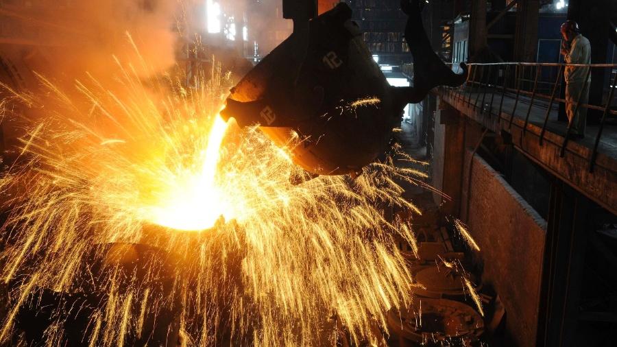 9.set.2013 - Funcionário monitora nesta segunda-feira (9) linha de produção em indústria siderúrgica em Hefein, província de Anhui, na China - Reuters
