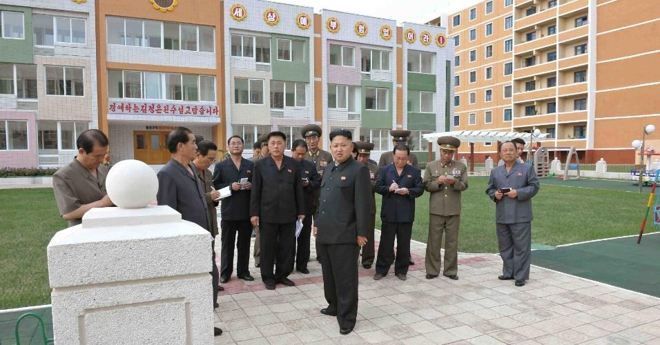 9.set.2013 - Líder norte-coreano, Kim Jong-un, (à frente) visita a nova unidade habitacional construída para cientistas norte-coreanos em imagem divulgada pela agência de notícias oficial do governo