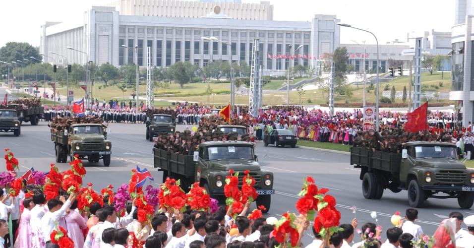 9.set.2013 - Parada militar durante as comemorações dos 65 anos da Coreia do Norte, nesta segunda-feira (9), em Pyongyang. Pessoas foram às ruas, mas números não foram confirmados pelas agências internacionais