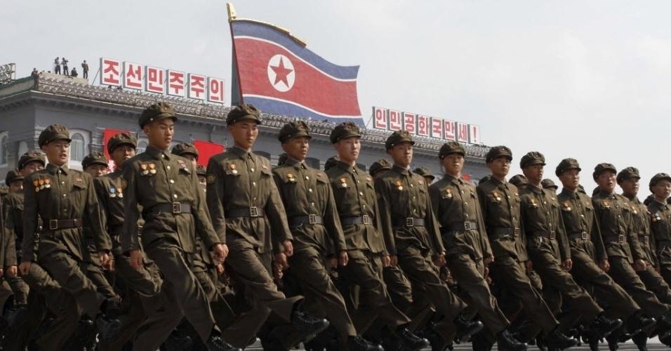 9.set.2013 - Sodados marcham em bloco durante parada miltiar para celebrar os 65 anos de fundação da Coreia do Norte, nesta segunda-feira (9), em Pyongyang