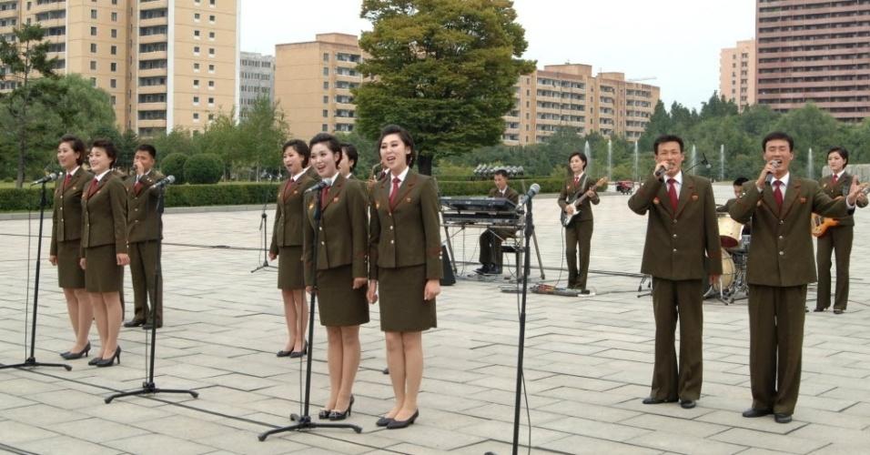 9.set.2013 - Soldados do exército fazem apresentação musical durante festividades, nesta segunda-feira (9). A foto, cedida pela agência oficial do governo, tem um alerta da agência de notícias Reuters de que a data ou o local podem não ser os descritos na legenda