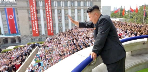 O líder da Coreia do Norte, Kim Jong-Un, acena para multidão durante desfile na praça Kim Il-Sung, em Pyongyang (10.set.2013) - KCNA/AFP