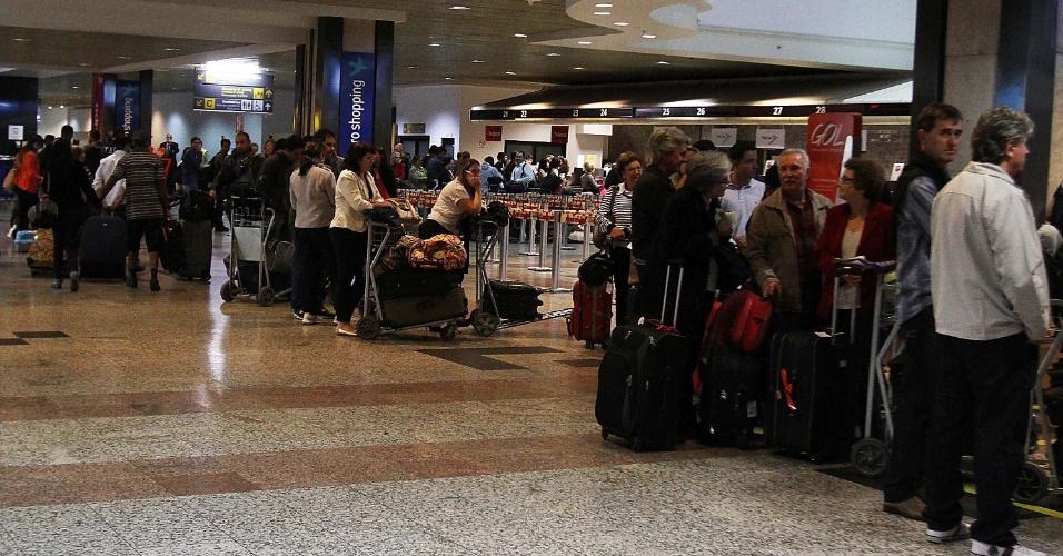 10.set.2013 - Passageiros aguardam para embarcar no aeroporto Salgado Filho, em Porto Alegre, na manhã desta terça-feira (10). O aeroporto fechou para pousos por causa da neblina que cobre a zona norte da cidade