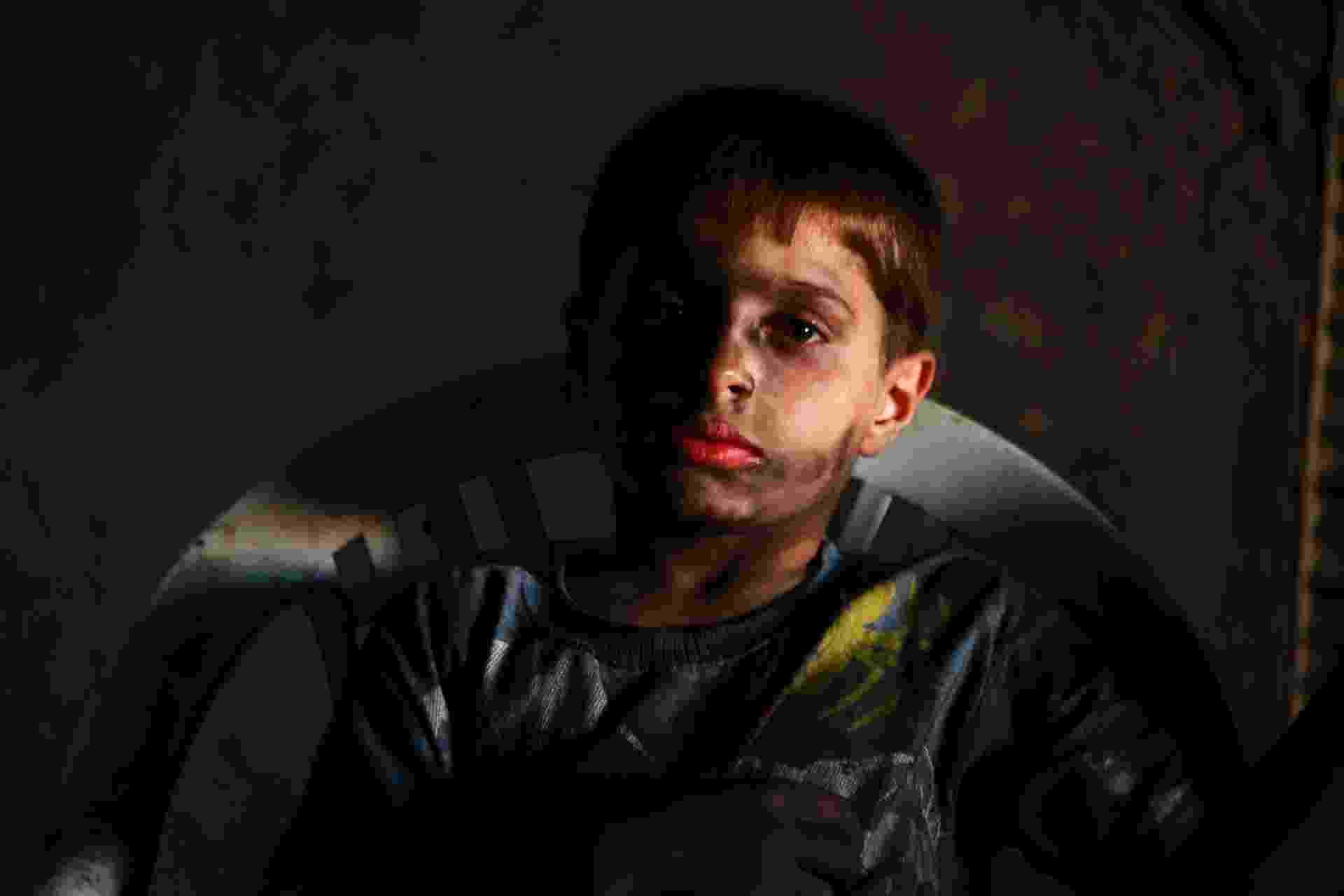 7.set.2013 - Issa, 10, posa para foto na fábrica de armas do Exército Livre da Síria, onde trabalha, em Aleppo, reduto da revolta contra o presidente sírio Bashar Assad. Ele trabalha com o pai na fábrica por dez horas todos os dias, exceto às sextas-feiras - Hamid Khatib/Reuters