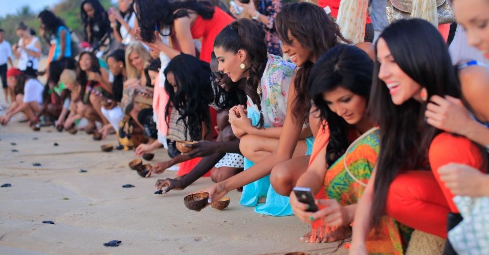 9.set.2013 - Em cerimônia pela conservação do meio ambiente, no Bali, candidatas ao título de Miss Mundo 2013 soltam filhotes de tartaruga ao mar