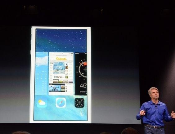 Craig Federighi, vice-presidente de engenharia de software da Apple, demonstra recursos do sistema operacional iOS 7