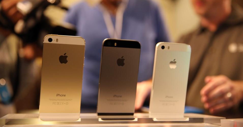 iPhones 5S são exibidos em Berlim, na Alemanha, em evento da fabricante que retransmitiu a apresentação feita na Califórnia (EUA). O smartphone foi lançado hoje, junto com uma versão mais barata e colorida, batizada de iPhone 5C
