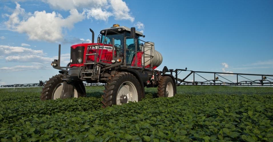 O pulverizador MF 9030 da Massey Ferguson possui uma altura entre o chassi e o chão que vai de 1,5 m a 1,6 m, o que, de acordo com o fabricante, permite a aplicação de agrotóxicos mesmo quando culturas altas como milho e cana já estão crescidas