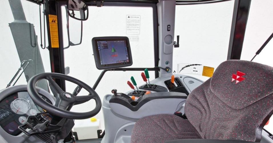 O sistema de direcionamento automático da Massey Ferguson, o Auto Guide 3.000 conta com um sistema de piloto automático que pode ser controlado por uma tela sensível ao toque, parecida com um tablet