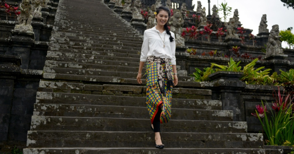 11.set.2013 - A chinesa Wen Xia Yu, miss Mundo 2012, caminha no templo Besakih, em Bali, Indonésia