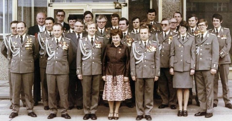 11.set.2013 - A maior parte das fotos de funcionários da Stasi ainda não estão autorizadas a serem divulgadas. Estima-se que a agência secreta tenha empregado um agente para cada 166 habitantes da antiga Alemanha Oriental. Além disso, em média, uma a cada sete pessoas no país era um informante da polícia secreta