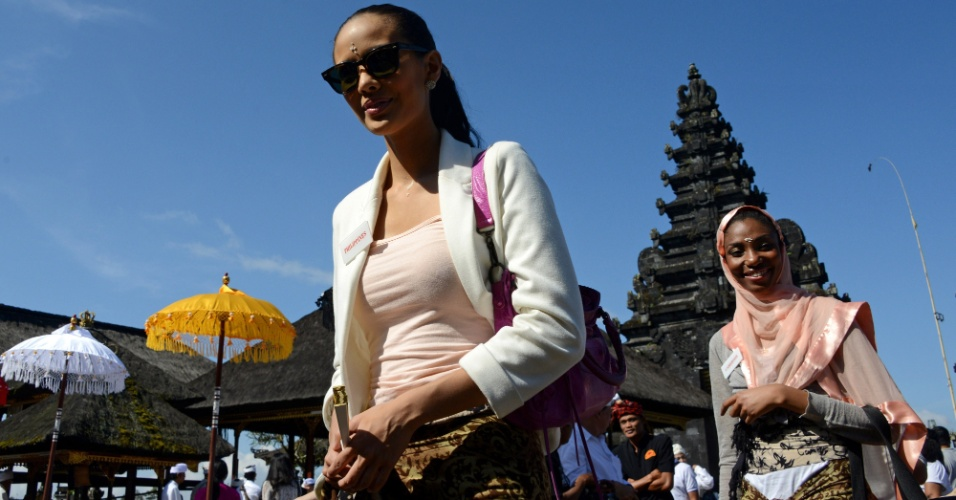 11.set.2013 - A miss Filipinas Megan Young (esq.) e a miss Camarões Denise Valerie Ayena visitam o templo Besakih, em  Karangasem, Bali, Indonésia