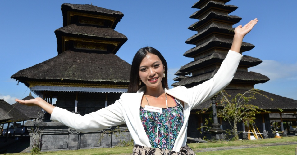 11.set.2013 - A miss Taiwan Cinzia Chang posa diante do templo Besakih, em Karangasem, Bali, Indonésia