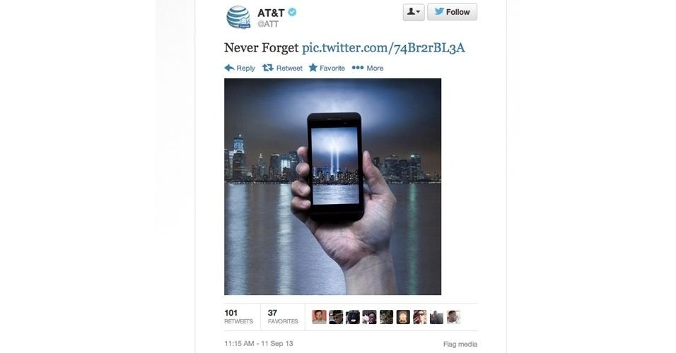 11.set.2013 - A operadora norte-americana AT&T cometeu uma gafe ao ''homenagear'' as vítimas dos ataques de 11 de setembro de 2001 e publicou uma imagem em que um smartphone exibe as luzes projetadas onde antes estavam as Torres Gêmeas do World Trade Center. Horas depois o tuíte foi apagado. ''Pedimos desculpas a todos que sentiram que o post foi de mau gosto. A imagem foi unicamente para homenagear aqueles afetados pela tragédia'', escreveu a empresa em outro tuíte
