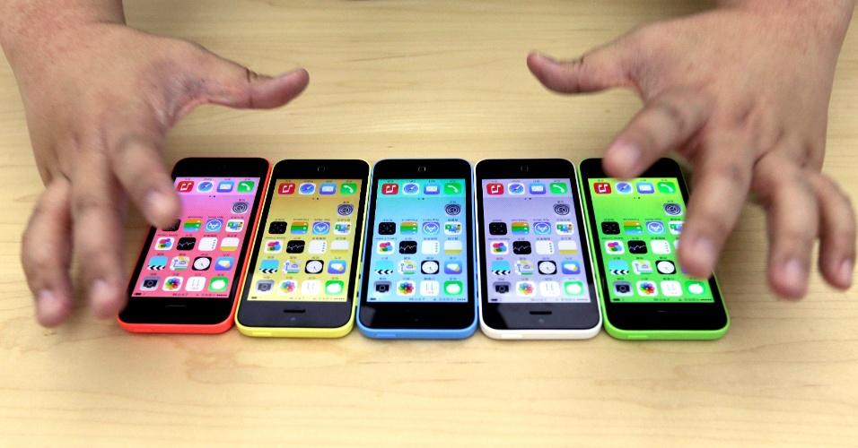 11.set.2013 - Aparelhos do novo modelo de iPhone, 5C, são colocados lado a lado em lançamento do produto em Pequim, na China, nesta quarta-feira (11)