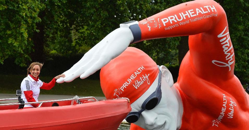 11.set.2013 - Campeã olímpica, a heptatleta britânica Jessica Ennis-Hill posa com estátua flutuante no lago Serpentine, no Hyde Park, em Londres. O país vai receber no fim de semana o Mundial de Triatlo