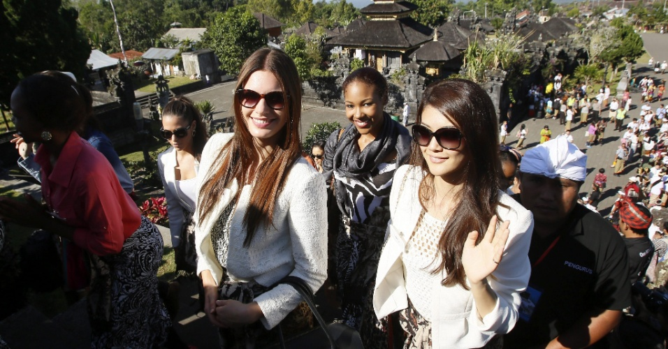 11.set.2013 - Candidatas a Miss Mundo 2013 visitam o templo Besakih, em Karangasem, Bali, Indonésia