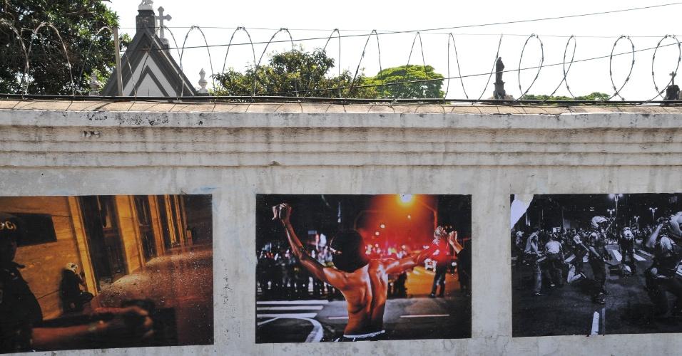 """11.set.2013 - Cartazes com imagens de manifestações que aconteceram em São Paulo nos últimos meses são colados no muro do Cemitério do Araçá, na avenida Dr. Arnaldo, zona oeste da capital, nesta quarta-feira (11).  Com o lema """"Desculpem-nos pelo transtorno, estamos fotografando a mudança do país"""", as fotos são assinadas pelo manifesto """"Foto Protesto SP"""""""