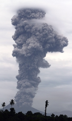 11.set.2013 - Coluna de fumaça de 2.500 metros é expelida do vulcão Monte Lokon, em Tomohon, na ilha de Sulawesi, na Indonésia, na terça-feira (10), em foto divulgada hoje. Segundo o centro geológico do local, a coluna de cinzas colocou a cidade em alerta. O Monte Lokon tem tido atividade vulcânica desde julho de 2011