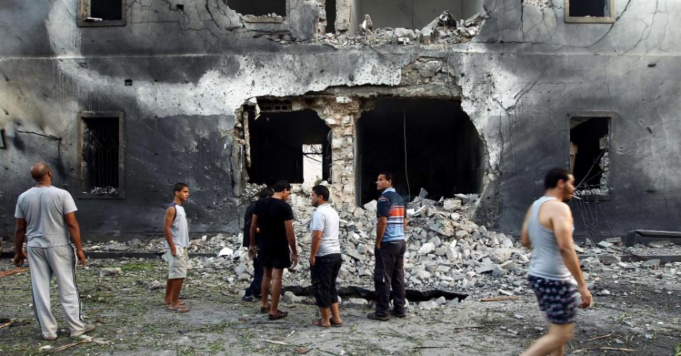 11.set.2013 - Líbios se reúnem diante do edifício do Ministério do Exterior, em Benghazi, atingido por uma explosão nesta quarta-feira (11). O atentado ocorre no primeiro aniversário do ataque ao consulado dos EUA na cidade por militantes. O ataque de 2012 deixou quatro mortos, incluindo o embaixador