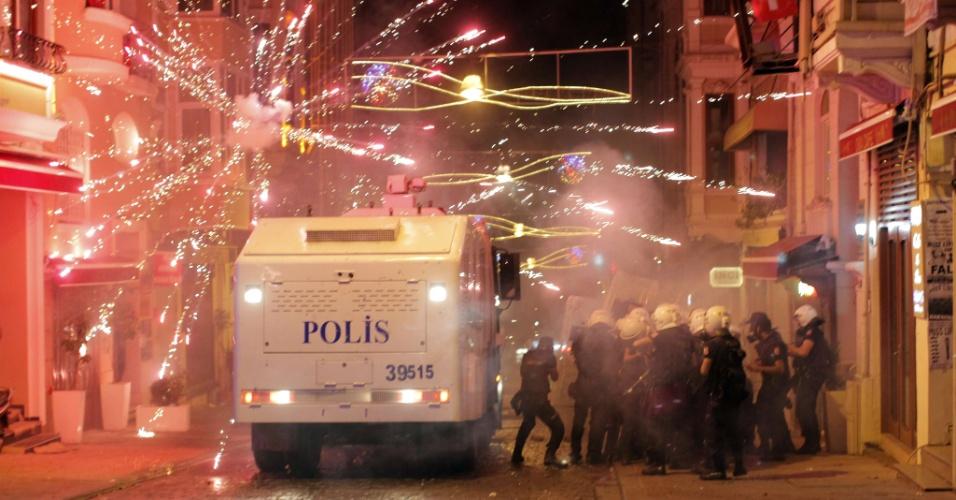 11.set.2013 - Manifestantes turcos usam fogos de artifício contra veículo da tropa de choque da polícia durante protestos em Istambul, na Turquia, na noite de terça-feira (10), contra a morte de um manifestante de 22 anos de idade, no dia anterior, na cidade de Antakya, a 800 km da capital. A polícia turca usou gás lacrimogêneo e balas de borracha para dispersar milhares de pessoas