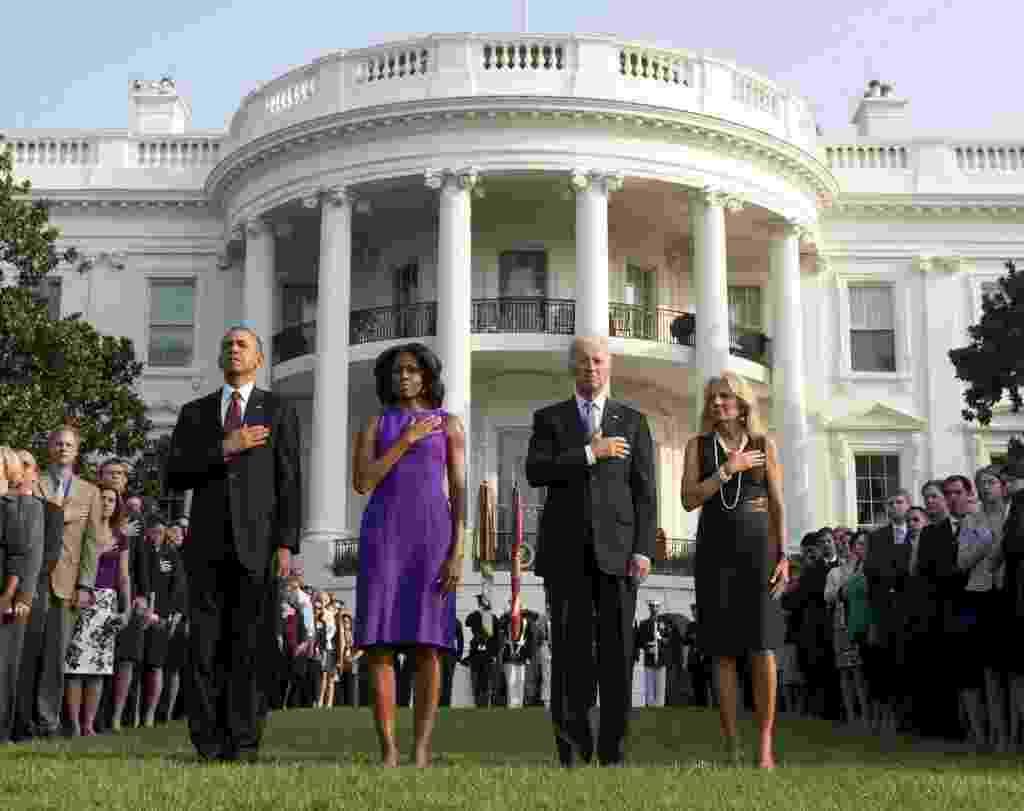 11.set.2013 - O presidente dos Estados Unidos, Barack Obama, a primeira-dama, Michelle Obama, o vice-presidente, Joe Biden, e sua mulher, Jill Biden, participam de um minuto de silêncio para marcar o 12º aniversário do atentado terrorista de 11 de setembro, em frente à Casa Branca, em Washington, nos Estados Unidos - Jewel Samad/AFP