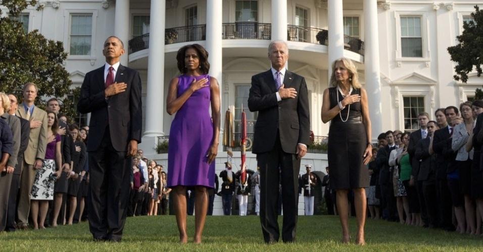 11.set.2013 - O presidente dos Estados Unidos, Barack Obama, a primeira-dama, Michelle Obama, o vice-presidente, Joe Biden, e sua mulher, Jill Biden, participam de um minuto de silêncio para marcar o 12º aniversário do atentado terrorista de 11 de setembro, em frente à Casa Branca, em Washington, nos Estados Unidos