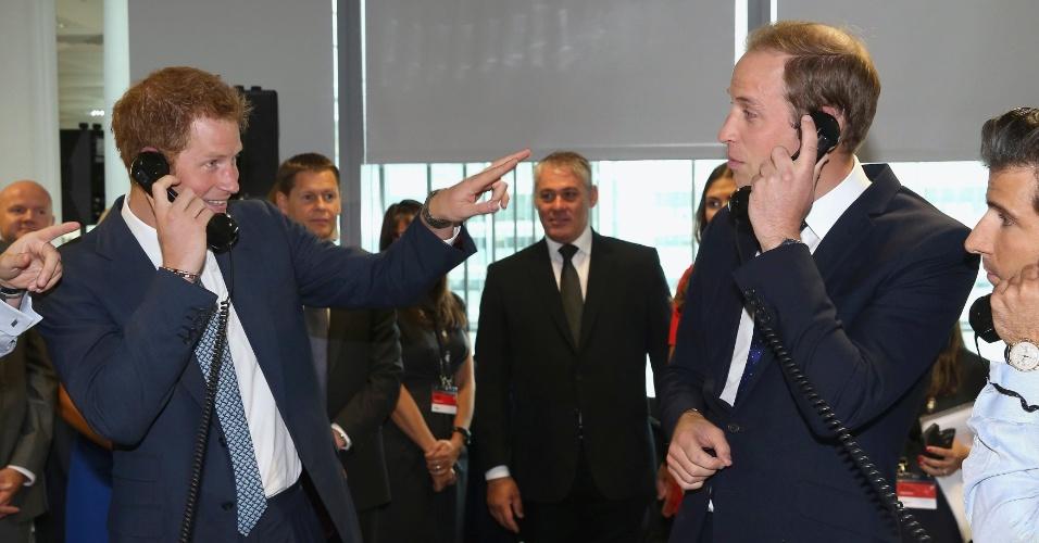 11.set.2013 - Os irmãos, príncipe Harry (esquerda) e William, participam de pregão da BGC Partners em Londres, na Inglaterra. A empresa tem um Dia da Caridade todos os anos em memória dos 658 funcionários que perderam a vida nos ataques de 11 de setembro de 2001, no World Trade Center, em Nova York