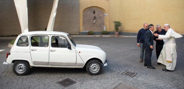 Papa Francisco (de branco) é presenteado com um carro Renault 4 modelo 1984