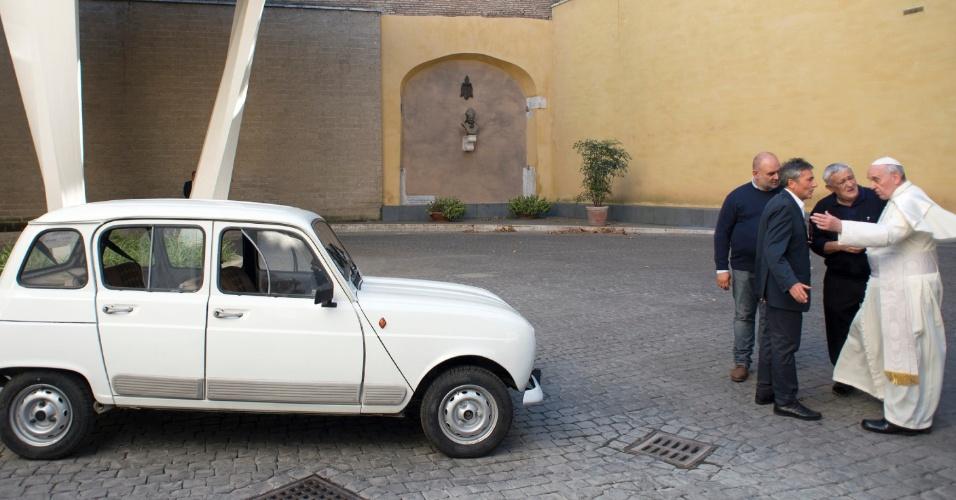 """11.set.2013 - Papa Francisco (direita) é presenteado com um carro Renault 4, modelo 1984, durante uma audiência privada com o padre dom Renzo Zocca (à frente do papa), no Vaticano, no sábado (7), em foto divulgada pelo """"Osservatore Romano"""". Segundo o correspondente da BBC em Roma David Willey, os guarda-costas do pontífice ficaram surpresos quando Francisco pegou as chaves do carro e saiu dirigindo"""