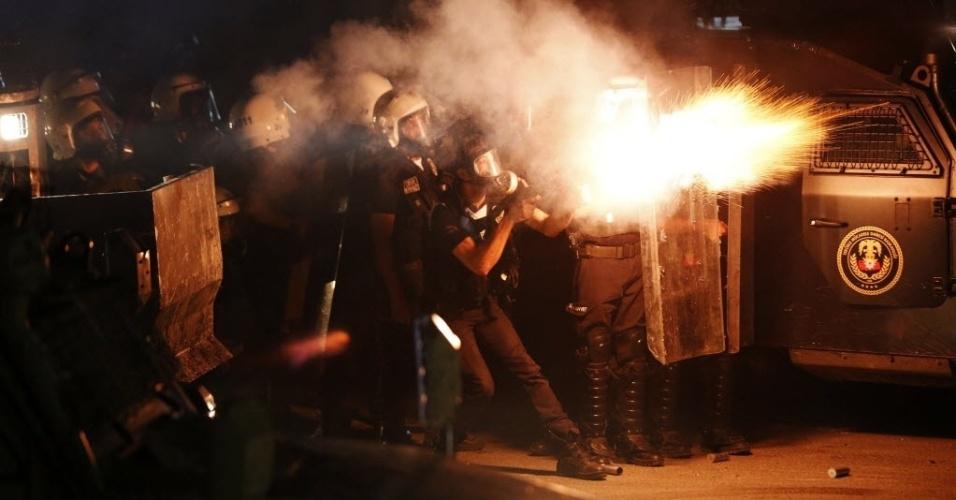 11.set.2013 - Policiais lançam bombas de gás contra manifestantes durante protestos no centro de Hatay, na Turquia, nesta quarta-feira (11). A manifestação é contra a repressão policial que resultou na morte de Ahmet Atakan, 22, durante um protesto contra o primeiro-ministro Tayyip Erdogan