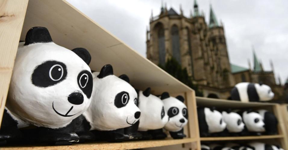 11.set.2013 - Um total de 1.600 pandas feitos de papel maché foram expostos na praça da Catedral de Erfurt, na Alemanha, pelo WWF (World Wide Fund for Nature, Fundo Mundial para a Natureza), lembrando o número de animais da espécie vivos no mundo