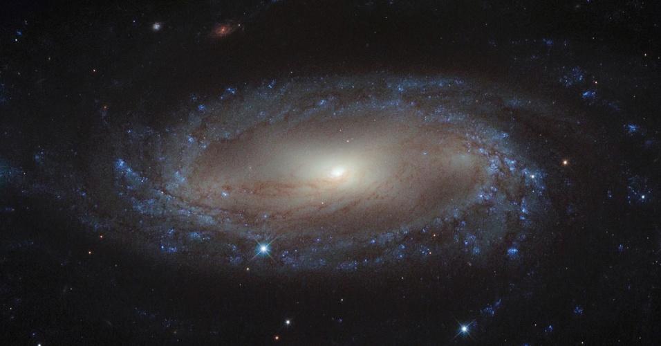 11.set.2013- Galáxia em espiral com núcleo extremamente brilhante tem grande emissão de hidrogênio, hélio, nitrogênio e oxigênio. A imgem é da galáxia IC 2560 na constelação de Antlia, a mais de 110 milhões de anos luz da Terra, capturada pelo telescópio Hubble