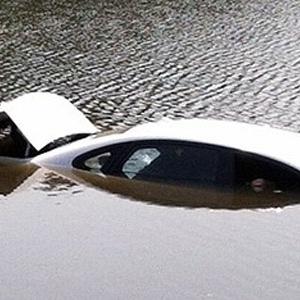 Motorista cai em lago nos EUA ao se distrair enviando SMS pelo celular