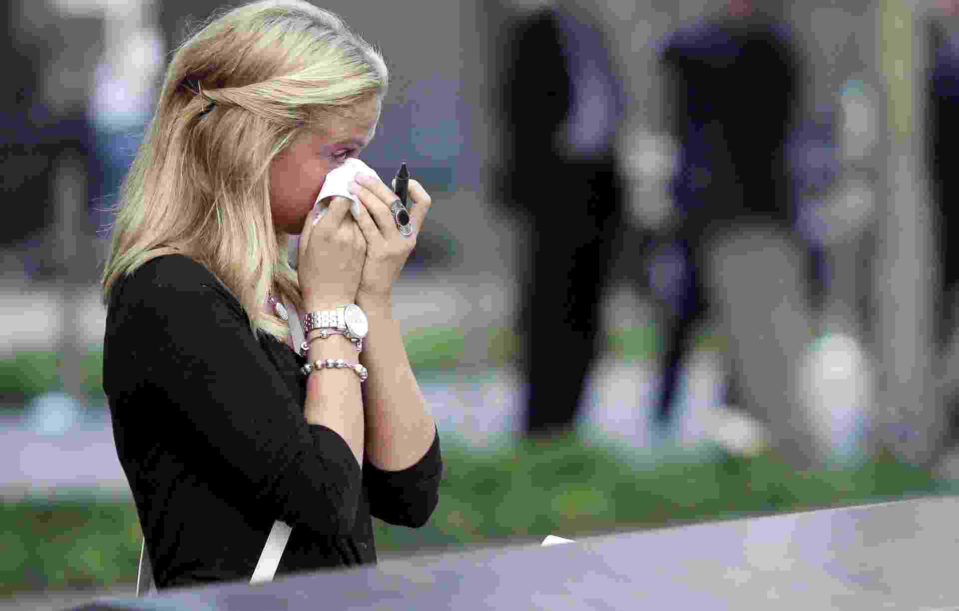 Kayla Fallon, filha de William Fallon, uma das 3.000 vítimas dos ataques de 11 de setembro de 2001, chora durante visita ao Memoriam 11/9, nesta quarta-feira (11), em Nova York. Na época dos atentados, Kayla tinha 8 anos de idade - John Angelillo/Afp