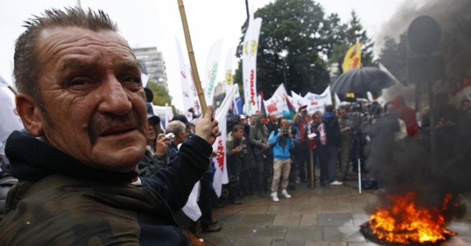 11.set.2013 - Manifestantes fazem ato contra o governo polonês em frente ao prédio do Parlamento, em Varsóvia, na Polônia, nesta quarta-feira (11)