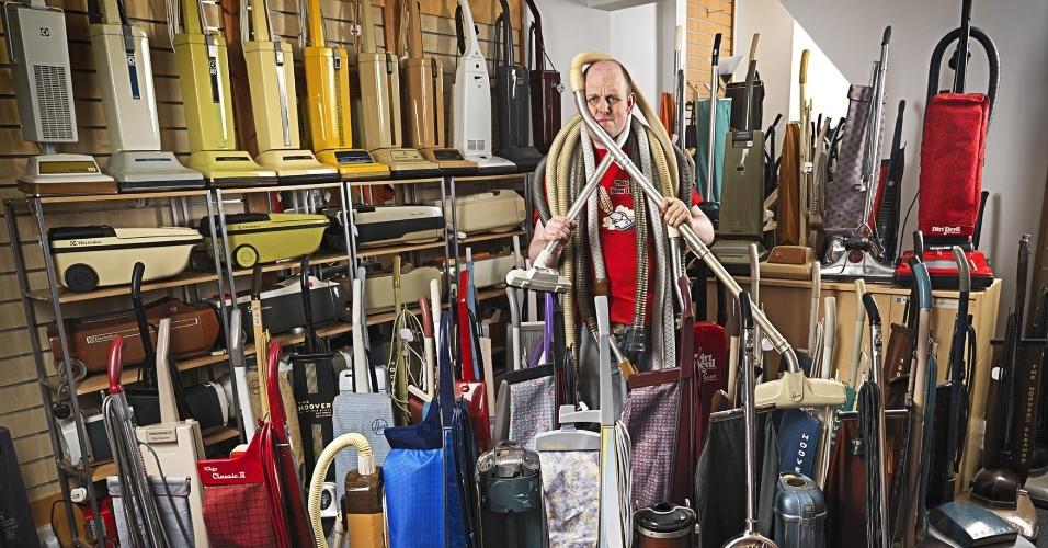 11.set.2013 - O britânico James Brown posa com sua coleção de aspiradores de pó em um local não revelado. Brown, de Nottingham, será reconhecido no novo Livro dos Recordes de 2014 por possuir a maior coleção do eletrodoméstico no mundo, até agora com 322 modelos diferentes