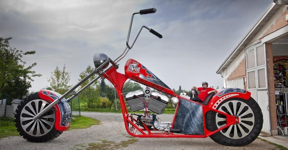 11.set.2013 - O italiano Fabio Reggiani posa com motocicleta de 5,10 m e cinco toneladas construída por ele. A supermoto será reconhecida no Livro dos Recordes de 2014