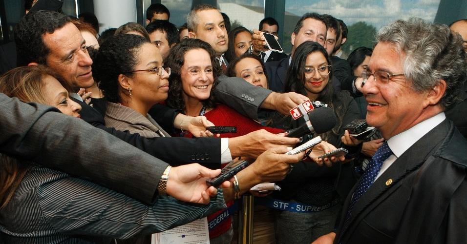 12.set.2013 - O ministro do STF (Supremo tribunal Federal) Marco Aurélio Mello adianta voto aos jornalistas que acompanham a sessão de análise dos embargos infringentes dos réus do mensalão. Ele afirmou que votaria contra à admissão dos recursos