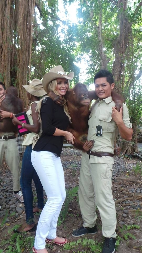 """12.set.2013 - Sancler Frantz, Miss Mundo Brasil 2013, visita safári em Bali (Indonésia) e abraça macaco. A bela disse que realizou um """"sonho de criança com a visita"""""""