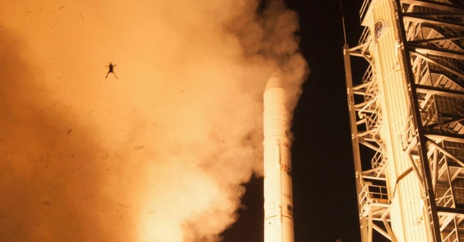 """12.set.2013 - Um sapo apareceu, sem querer, no álbum oficial de fotos do lançamento da sonda  Ladee (sigla em inglês para Explorador do Ambiente de Poeira e Atmosfera Lunar), que ocorreu no último dia 6, a partir da base de Voo Wallops, na Virgínia, nos Estados Unidos. A Nasa (Agência Espacial Norte-Americana) confirmou a autenticidade da imagem nesta quinta-feira (12) e disse que o anfíbio foi """"arremessado"""" pela força do foguete Minotauro 5: o animal foi capturado por um único clique de uma das câmeras automáticas do fotógrafo da Agência, mas não se sabe se sobreviveu ao acidente"""