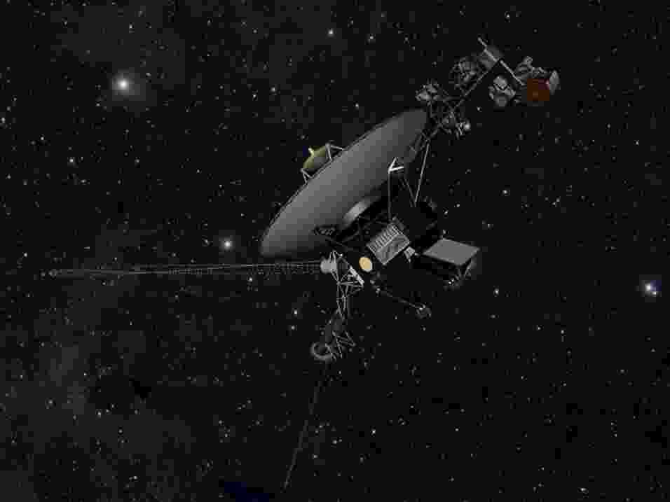 """12.set.2013- Concepção artística mostra como seria a Voyager 1 no espaço. Segundo estudo publicado na Science nesta quinta-feira (12), a nave espacial da Nasa (Agência Espacial Norte-americana) deixou a heliopausa, região considerada """"fronteiriça"""" do nosso Sistema Solar, e entrou no espaço interestelar em 25 de agosto de 2012. Até agora a Nasa não admitia que a nave tinha saído do Sistema Solar e entrado no meio interestelar. A nave, que foi lançada em 1977 e envia dados para a Terra por meio de inúmeros instrumentos, está a 19 bilhões de quilômetros do nosso Sol, distância que nenhum outro objeto feito pelo homem conseguiu chegar antes - Nasa/JPL-Caltech"""