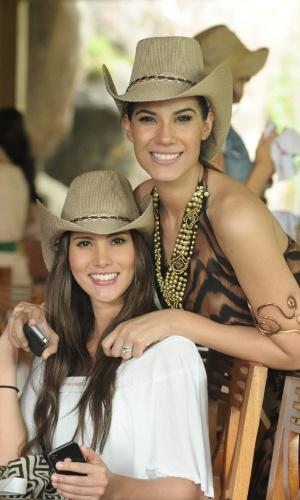 12.set.2013 - Misses Daniella Ocoro (Colômbia), à esquerda, e Marylin Chagoya Triana (México) dão uma paradinha durante safári para tirar fotos, em Bali, Indonésia