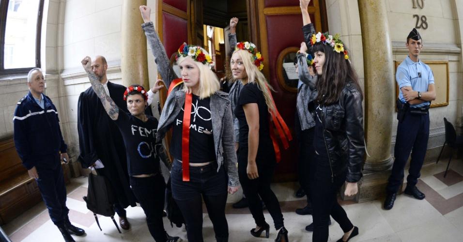 13.set.13 - Ativistas do Femen, conhecidas por protestarem mostrando os seios, chegam a um tribunal em Paris onde irão participar de uma sessão do julgamento por supostamente danificarem um sino da Catedral de Notre-Dame durante ato em defesa do casamento gay na França, no dia 12 de fevereiro