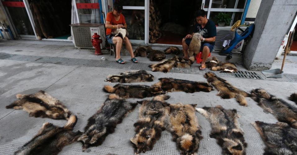 13.set.2013 - Funcionários de uma das lojas da cidade chinesa de Chongfu costuram as pelas dos animais. De acordo com a Ong de proteção aos animais Peta, as empresas usam, além de cachorros, peles de gatos, coelhos, minks e raposas em luxuosos casacos de pele