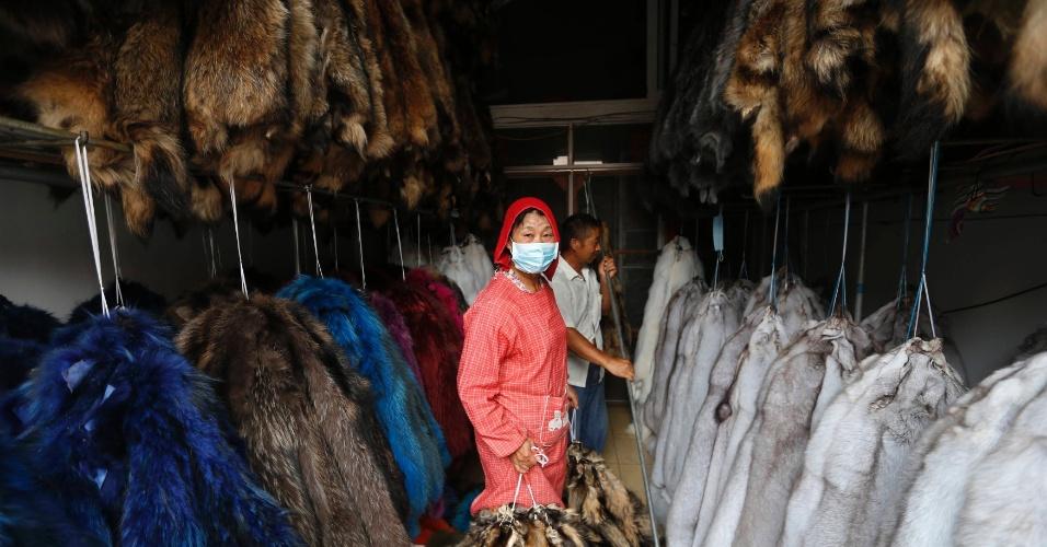 """13.set.2013 - Funcionários que atuam no setor de armazenamento de uma das lojas chinesas. De acordo com a Ong Peta, o local seguirá em funcionamento por se tratar de um país como a China, que """"vive sendo acusado de não respeitar nem os Direitos Humanos"""""""
