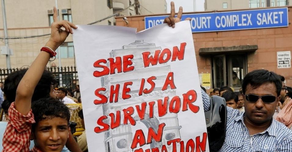 13.set.2013 - Manifestantes comemoram sentença de morte aos acusados de estuprar e matar uma jovem de 23 anos, em dezembro do ano passado, proferida pelo juiz nesta sexta-feira (13), em Nova Déli, na Índia. O ataque desencadeou uma onda de protestos por todo o país e causou um longo debate sobre a violência contra as mulheres