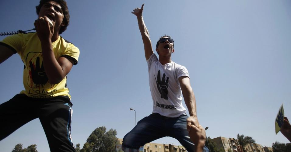 13.set.2013 - Membros da Irmandade Muçulmana e simpatizantes do deposto presidente egípcio, Mohamed Mursi, protestam em frente à mesquita de Al-Salam contra o governo militar nesta sexta-feira (13), em Nasser, no Egito. O ato foi chamado