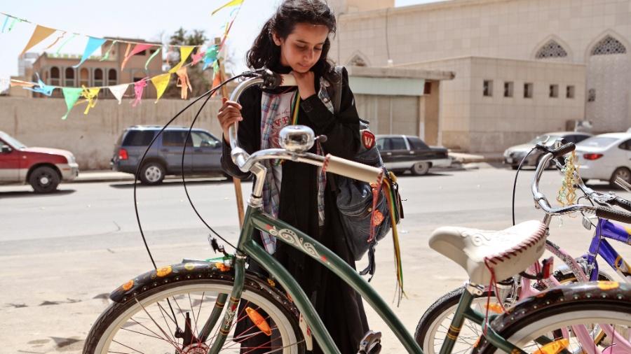 "Cena do filme ""Wadjda"" (cujo título no Brasil é ""O Sonho de Wadjda""), da cineasta saudita Haifaa Al-Mansour - The New York Times"